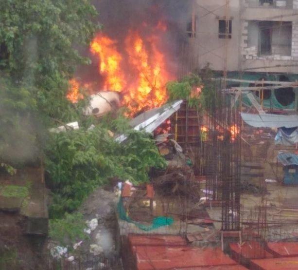 India, aereo precipita a Mumbai e colpisce un passante : 5 viitime, uno carbonizzato in strada