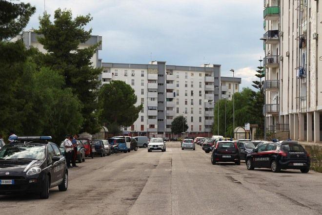 La folla vuole linciarlo : Papà lancia la figlia di 6 anni dal balcone a Taranto