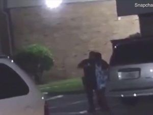 Urla sono incinta al poliziotto! Ma lui spara e la uccide