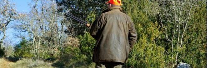 Cacciatore scivola nel bosco, gli parte un colpo e muore