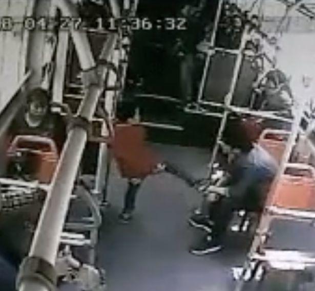 Cina, il video choc su un bus : Bimbo di 7 anni fa i dispetti, un uomo lo colpisce a calci in testa