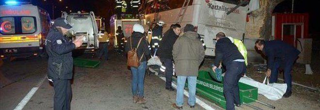 Incidente a Istanbul, bus di turisti esce di strada : 11 morti e 44 feriti. A bordo molti bambini