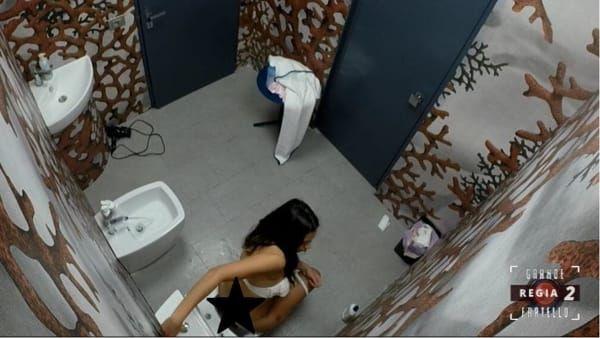 Grande Fratello: Alessia Prete ripresa in bagno. La produzione chiede scusa