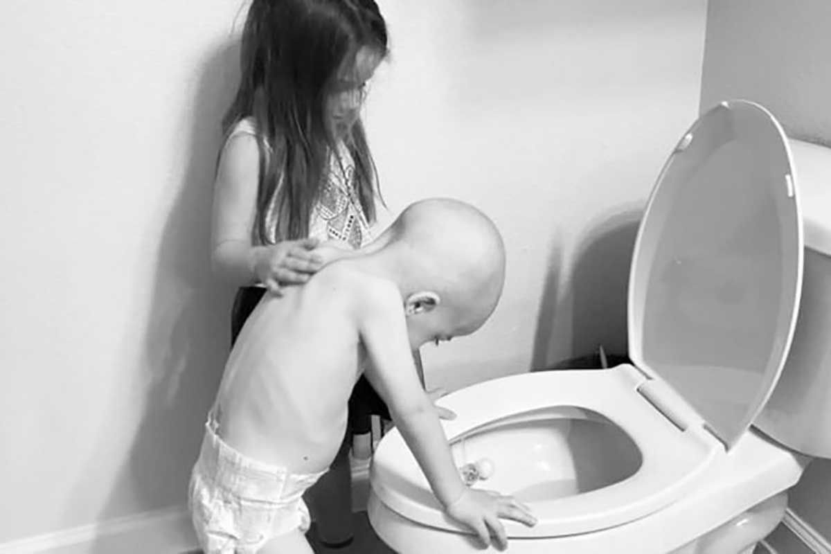 Aiuta e conforta il fratellino malato di leucemia! La straziante foto di Aubrey e Beckett