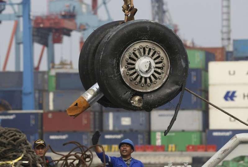 Scatola nera aereo caduto in Indonesia, anomalie in 4 voli precedenti