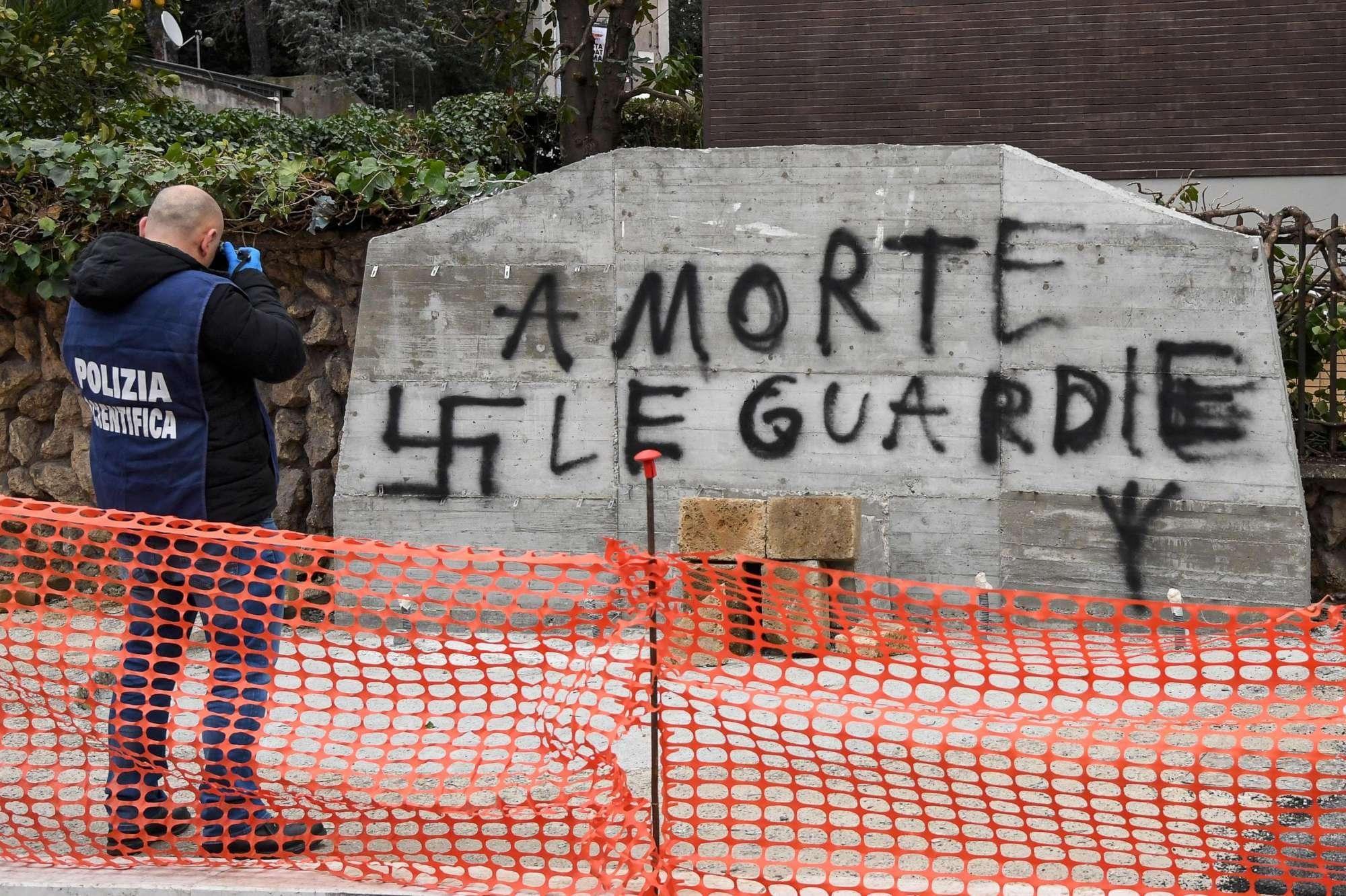 Scritta shock sulla lapide di Aldo Moro: