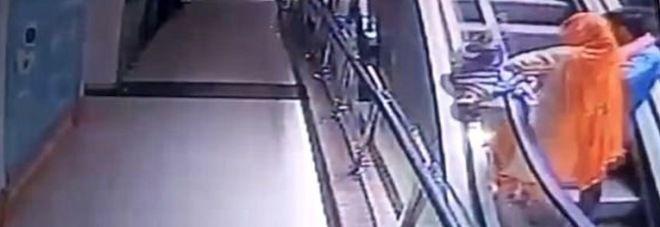 India : Selfie sulle scale mobili, la figlia le scivola di mano, cade nel vuoto e muore
