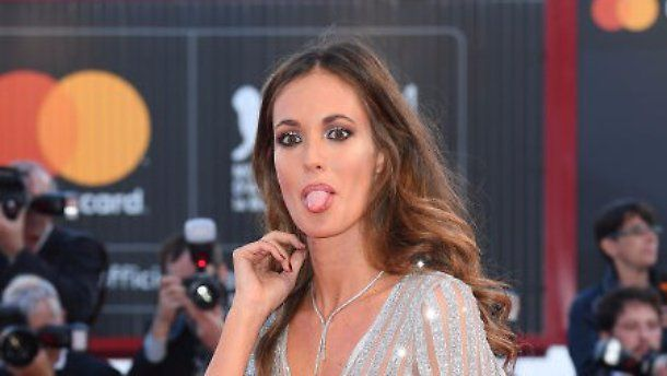 Gracia De Torres mezza nuda sul red carpet di Venezia