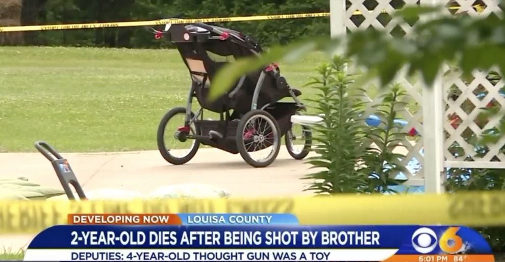 Scambia pistola per giocattolo, bimbo di 4 anni uccide fratellino