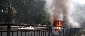 Autobus Atac in fiamme sul Muro Torto : Paura e traffico in tilt