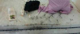 Pagani : La moglie cade dal letto, lui chiama la polizia che li trova tra i rifiuti