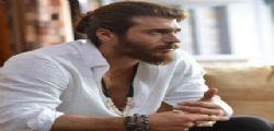 Can Yaman di Bitter Sweet a Napoli, hotel transennato per l'assalto delle fan