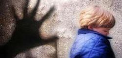 Violenta il figlio di amici e lo minaccia per anni! Arrestato un 58enne