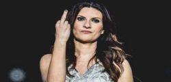 Laura Pausini in concerto alza il dito medio e sbotta...