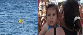 Coppia di genitori mettono la figlia di 11 mesi in un gommone e vanno a prendere il sole