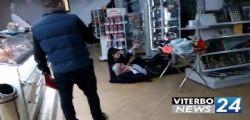 Ubriaco? Falso. Sono astemio! Vittorio Sgarbi crolla in autogrill e si rotola per terra