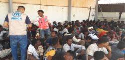 Migranti, svuotato barcone con 450 persone : a bordo di navi Gdf e Frontex