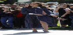 Kate Middleton infrange il protocollo e mostra le gambe