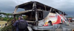 Taiwan, Autobus pieno di turisti prende fuoco in Autostrada : 26 morti