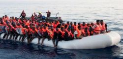 Migranti salvati e riportati in Libia da una nave italiana