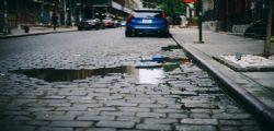 Ripara il marciapiede ma il Comune lo multa