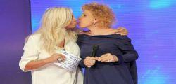 Il bacio imbarazzante tra Mara Venier e Ornella Vanoni