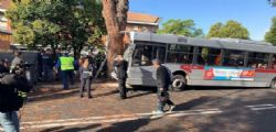 Roma, autobus contro albero: diversi feriti