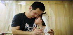 Era il sogno della piccola Yaxin!  bimba di 4 anni malata di leucemia sposa il papà in ospedale
