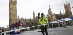 Attacco Londra : Un'auto sulla folla davanti al Parlamento - Ucciso l'assalitore
