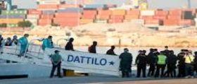 Aquarius, il primo gruppo di migranti sbarca a Valencia : A bordo della nave Dattilo 274 persone