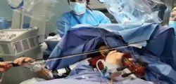 Taranto, musicista 23enne operata al cervello mentre suola il violino