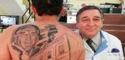 Avevo il cancro! Si fa tatuare sulla schiena il volto del medico che gli ha salvato la vita