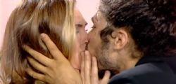 Ilary Blasi bacia Andrea a Le Iene ... ma Mammuccari rifiuta!