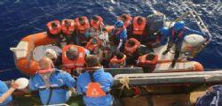 Chiediamo un porto sicuro! La Mare Jonio entra in acque italiane con 30 migranti