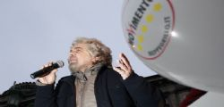 Beppe Grillo sfida Matteo Renzi  : Dimezziamo gli stipendi dei parlamentari