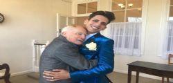 Più felice che mai! Ex prete 80enne sposa il fidanzato 25enne