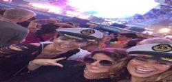 Caterina Balivo scatenata con le amiche al Jova Beach Party di Viareggio