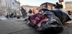 Lega Mer**! Gli studenti indossano i gilet gialli e bruciano un fantoccio di Salvini