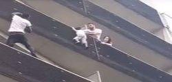 Parigi : Bimbo di quattro anni rischia di cadere dal quarto piano, salvato dal passante | Video