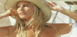 Giada De Blanck in topless in barca