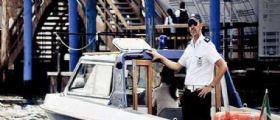 Venezia : Turiste in slip si spalmano addosso vernice e si gettano in acqua