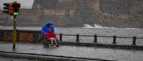 Napoli, maltempo : Raffica di vento scoperchia palazzina, parti di guaina finiti vicino aeroporto