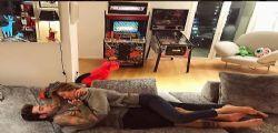 Fedez e Chiara Ferragni innamorati sul divano
