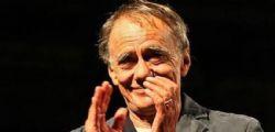 Roberto Vecchioni canta Bella ciao e fa comizio pro migranti... ma il pubblico lo fischia