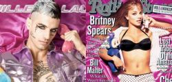 Achille Lauro posa disteso sulle lenzuola rosa come Britney Spears