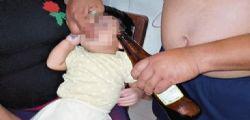 Eppure è un insegnante! Prova a far bere birra dalla bottiglia al nipote di 4 mesi