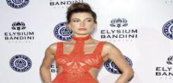 Hailey Baldwin : La nipote di Alec mezza nuda sul red carpet