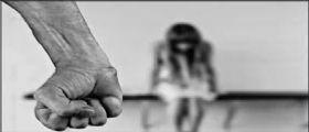Parma, picchiata, segregata e minacciata dal compagno : Costretta a scrivere lettere choc ai figli