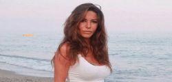 Emanuela Folliero esplosiva in spiaggia! Curve da far girare la testa