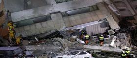 Terremoto Taiwan - hotel crollato : Lotta contro il tempo per salvare le persone intrappolate
